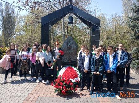 Возложение цветов к памятнику чернобыльцам